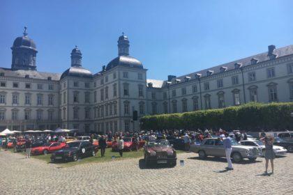 Encontro anual de carros superesportivos e clássicos de luxo no castelo de Bensberg.